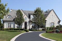 Casa di pietra di lusso con la strada privata circolare Immagini Stock
