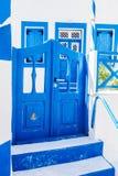 casa greca tradizionale con la porta e le finestre blu