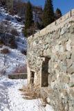 Casa di pietra rovinata nelle montagne Fotografie Stock