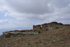Casa di pietra rustica in rovine nella montagna di Sierra Nevada fotografia stock