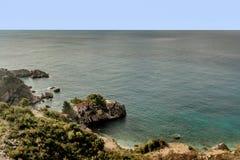 Casa di pietra sull'isolotto vicino a Budua, Montenegro fotografia stock