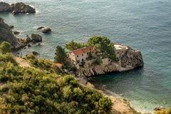 Casa di pietra sull'isolotto vicino a Budua, Montenegro immagine stock
