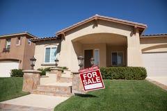 Casa di preclusione da vendere il segno e la Camera Immagine Stock Libera da Diritti