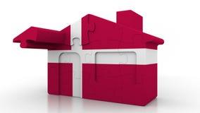 Casa di puzzle della costruzione che caratterizza bandiera della Danimarca Emigrazione, costruzione o mercato immobiliare danese  illustrazione di stock