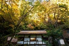 Casa di riposo nel lato della montagna circondato dagli alberi Fotografia Stock