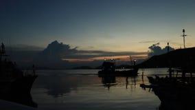 Casa di ritorno del pescatore prima della notte stock footage