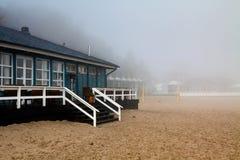 Casa di spiaggia in nebbia Immagine Stock