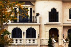 Casa di stile del chateau nel fogliame di autunno. immagine stock