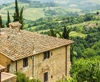Casa di Toscan dal lato della collina Immagini Stock Libere da Diritti