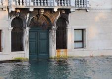 Casa di Venezia durante l'alta marea Immagini Stock Libere da Diritti