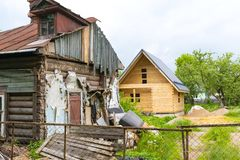 Casa dilapidada e casa sob a construção fotos de stock