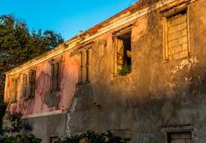 Casa dilapidada en colores suaves Foto de archivo