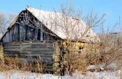 Casa dilapidada en el pueblo ruso Fotos de archivo