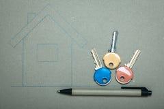 Casa disegnata a mano e chiavi, bene immobile & costruzione Fotografia Stock Libera da Diritti