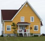 Casa do andar do amarelo dois fotografia de stock