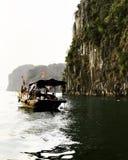 Casa do barco na baía longa de Vietname ha Foto de Stock