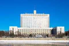 Casa do branco do russo O subtítulo em um buliding traduz: foto de stock royalty free