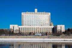 Casa do branco do russo O subtítulo em um buliding traduz: fotografia de stock