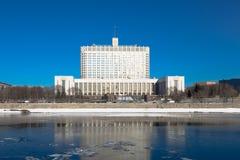 Casa do branco do russo O subtítulo em um buliding traduz: imagens de stock royalty free