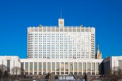 Casa do branco do russo O subtítulo em um buliding traduz: imagem de stock