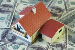 Casa do brinquedo com em notas do dólar. fotografia de stock royalty free
