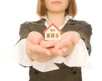 Casa do brinquedo da terra arrendada da menina em sua mão Imagens de Stock Royalty Free
