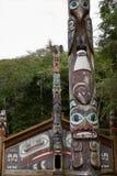 A casa do cl? do Tlingit com os totens em Ketchikan, Alaska imagens de stock