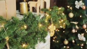 Casa do conforto com árvore de Natal completamente das decorações com grinalda, luzes das festões e presentes no fundo stylish vídeos de arquivo