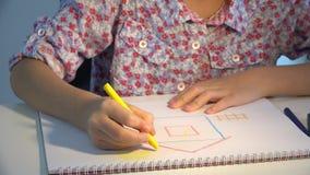 Casa do desenho da criança, coloração da menina, crianças que fazem o ofício, educação 4K das crianças video estoque