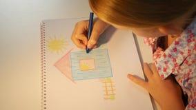 a casa do desenho da criança 4K, coloração da menina, caçoa a fatura do ofício, educação das crianças video estoque