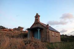 Casa do diabo na costa cor-de-rosa do granito em Brittany imagem de stock royalty free