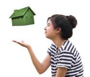 Casa do eco da terra arrendada da mulher, conceito sustentável Ilustração Stock