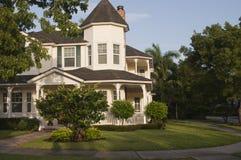 Casa do estilo da casa de campo fotos de stock royalty free
