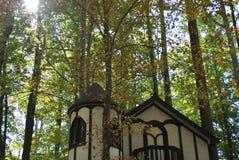 Casa do estilo de Tudor com torreta Foto de Stock Royalty Free