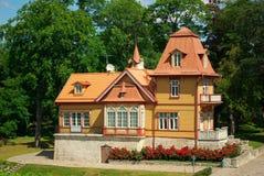 Casa do estilo do artesão no meio-dia Imagens de Stock