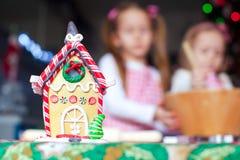 Casa do gengibre da cookie e dos doces do pão-de-espécie Fotografia de Stock