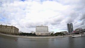 A casa do governo da Federação Russa (a casa branca) e da terraplenagem do rio de Moskva video estoque