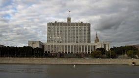 A casa do governo da Federação Russa (a casa branca) e da terraplenagem do rio de Moskva UHD - 4K video estoque