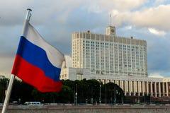 A casa do governo da Federação Russa O governo no fundo da bandeira do russo Fotos de Stock Royalty Free