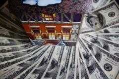 Casa do inverno e 100 contas (expences do aquecimento) Foto de Stock Royalty Free