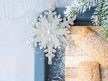 A casa do inverno fez cookies pelo ano novo Fotografia de Stock Royalty Free