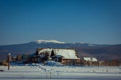 Casa do inverno nas montanhas fotografia de stock