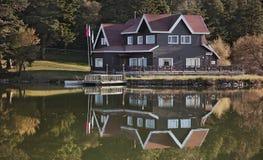 Casa do lago Imagem de Stock Royalty Free