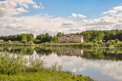 A casa do lago imagens de stock royalty free
