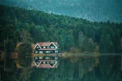 Casa do lago Abant na natureza verde Bolu, Turquia Fotografia de Stock