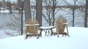 Casa do lago ao longo da parte dianteira nevado da água do inverno vídeos de arquivo
