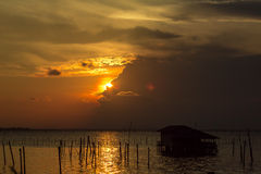Casa do lago e o por do sol Fotos de Stock Royalty Free