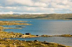 Casa do lago na cimeira em algum lugar Fotos de Stock