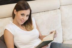 Casa do livro de leitura da mulher Fotos de Stock Royalty Free