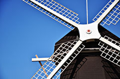 Casa do moinho de vento no fundo do céu azul Fotografia de Stock